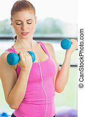 anfall, frau, trainieren, mit, hanteln, in, fitnesstudio