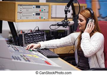 anfitrião, misturando, rádio