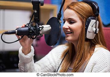 anfitrião, rádio, falando, feliz