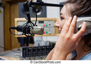 anfitrião, sorrindo, rádio, falando
