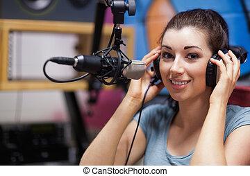 anfitrião, sorrindo, rádio, posar