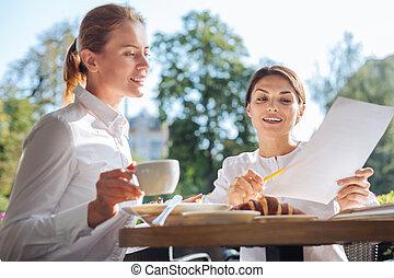 angenehm, frau, erklären, daten, auf, ausdrucke, zu, kollege, in, café