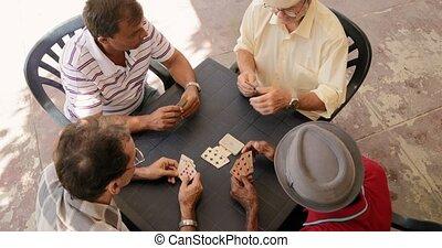 angle, gens, hommes, élevé, cartes, amis, jouer, vue