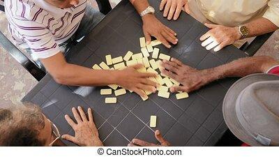 angle, gens, hommes domino, élevé, amis, jouer, vue