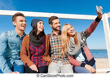 angle, gens, selfie, séance, jeune, moment., quoique, quatre, liaison, autre, bas, chaque, confection, vue, riverbank, capturer, heureux