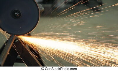 Angle grinder, which cuts the tube plate, fixed to the metal corner.