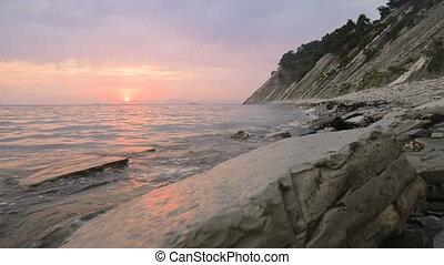 angle, rouler, petit, gros plan, forward., seaside., caillou, large, plage., mer, plage, bas, mouvement, soir, long, vagues, lent, rocheux, coucher soleil, mouvement