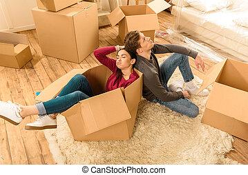 angle, séance, couple, plancher, élevé, nouvelle maison, fatigué, vue