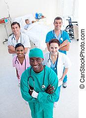 angolo alto, di, smling, squadra medica, con, uno, bambino, paziente