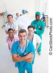 angolo alto, di, squadra medica, con, uno, bambino, paziente