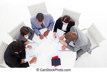 angolo alto, di, uno, diverso, affari, gruppo, seduta,...