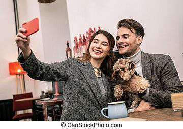 animal favori famille, selfie, jeune, leur, confection, sourire
