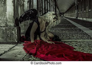 anjo caído, bonito, loiro, mulher, com, pretas, asas, e, apertado