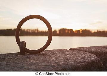 anlegeplatz, ring, auf, flußufer, für, boote, in, sonnenuntergang