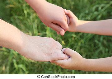 annat, räcker, mor, son, gräs, närbild, holdingen, varje,...