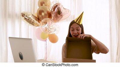 anniversaire, ouvre, devant, cadeau, femme, ordinateur portable