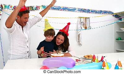 anniversaire, sien, dehors, bougies, souffler, mignon, garçon