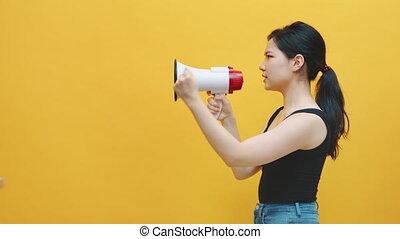 annonce, côté, protestation, loudspeaker., vue, femme, asiatique, jeune, cris, concept, ou