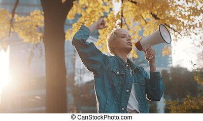 annonce, utilisation, blonds, parc, donner, femme, jeune, automne, ville, porte voix