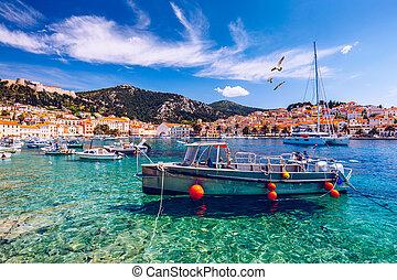 ansicht, an, erstaunlich, archipel, mit, fischerboote, vor, stadt, hvar, croatia., porto , von, altes , adria, insel, stadt, hvar, mit, seagull's, rüber fliegen, der, city., erstaunlich, hvar, stadt, auf, hvar insel, croatia.