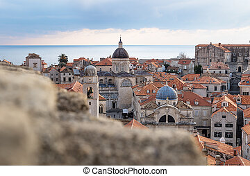 ansicht, aus, der, dächer, von, alte stadt, dubrovnik, mit, kirche, türme, und, wasserlandschaft, hinten, a, steinmauer, kroatien