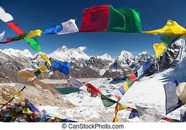 ansicht, von, aufstellen, everest, mit, buddhist, gebet, flaggen