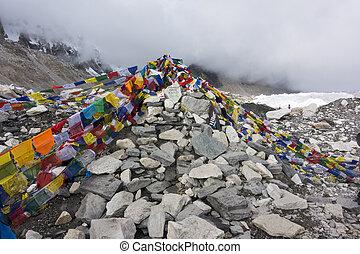 ansicht, von, everest, minderwertiges zeltlager, mit, reihen, von, buddhist, gebet, flags.