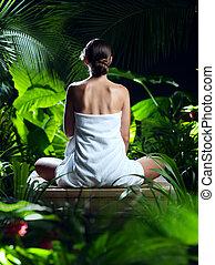 ansicht, von, nett, junge frau, meditieren, in, spa, wendekreis, umwelt