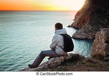 ansichten, einsam, junger, hügel, meer, reisender, genießt, sitzt