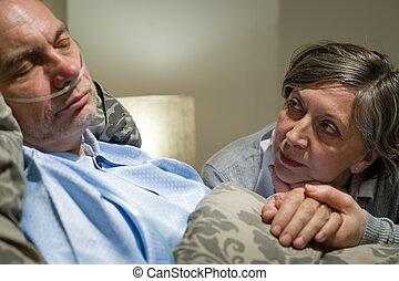 ansioso, mulher velha, cuidando, marido