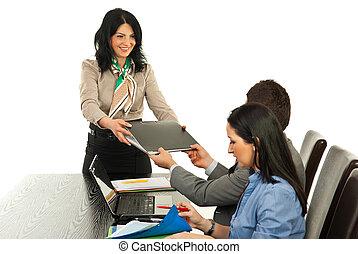 anställd, chef, kvinna, mapp, skänka