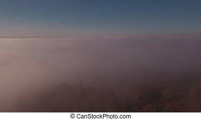 antenowy prospekt, od, jesień, mglisty krajobraz, na, sunrise., mgła, kapy, przedimek określony przed rzeczownikami, górki, w, rano, słoneczko., 4k