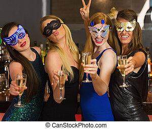 anteojos, champaña, amigos, feliz, llevando, máscaras, ...