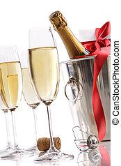 anteojos, con, champaña, en, cubo hielo, y, regalo