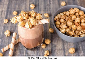 anteojos, de, milkshake del chocolate, con, caramelo, popcorn.