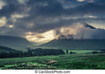 antes, salida del sol, encima, el, brumoso, montañas, de, glencoe, escocia