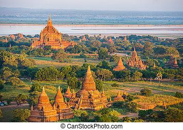 antico, pagodas, in, bagan, con, altitudine, balloon,...