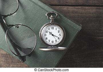 antiek zakhorloge, bril, en, boek