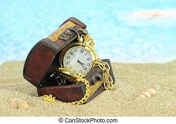 antigüedad, bolsillo, reloj, un, pecho de tesoros, en, un, playa