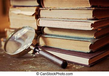 antigüedad, libros, con, aumentar, vidrio.