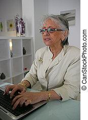 antigas, dela, afastado, digitando, senhora,  laptop