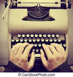 antigas, efeito, retro, digitando, máquina escrever, homem