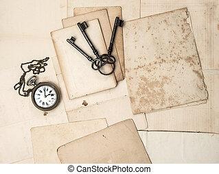 antik öreg, kulcsok, óra, hajópapírok, levelezőlapok