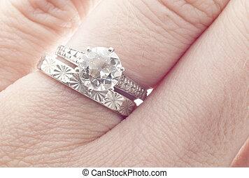 antik, firkant, ring bryllup, og, band, på, finger