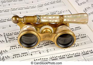 antik opera glasögon, på, a, musik skåra