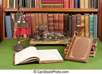antikvitet, läder, böcker, lampa, och, läs- exponeringsglas
