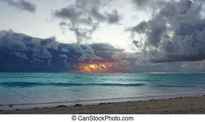 antilles, sur, océan, dramatique, waves., orage, levers de soleil