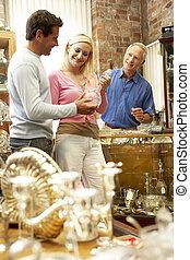 antiquaire, couple, achats