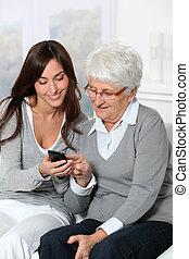 använda, kvinna, hur, mobil, visande, ung, farmor, ringa