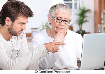 använda, kvinna, visande, ung, hur, senior, laptop, man